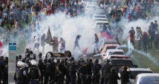 Manifestantes entram em confronto com a PM em frente ao Congresso