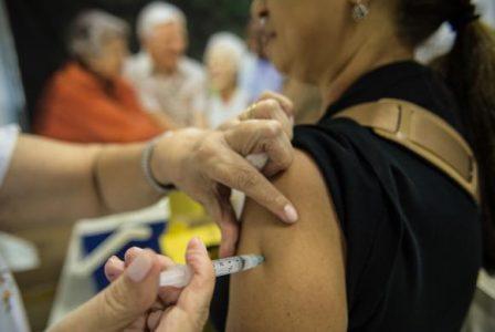 Idosos são vacinados contra a gripe