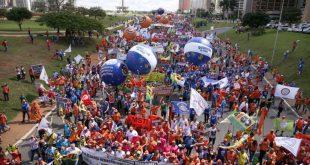 Brasília - Manifestantes protestam contra as reformas da Previdência, trabalhista, e por eleições diretas (Marcelo Camargo/Agência Brasil)