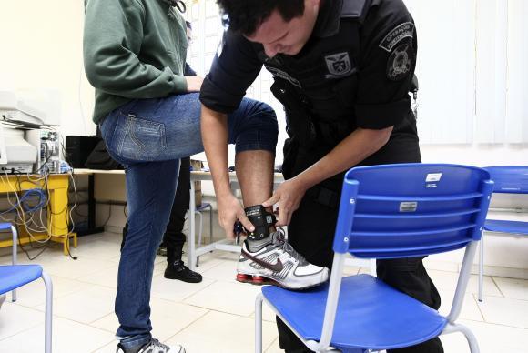 a proposta estabelece que os custos com o monitoramento possam ser descontados do salário que o preso recebe pelo trabalho remunerado que ele exerçe.